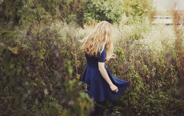 Фото обои трава, девушка, платье, блондинка