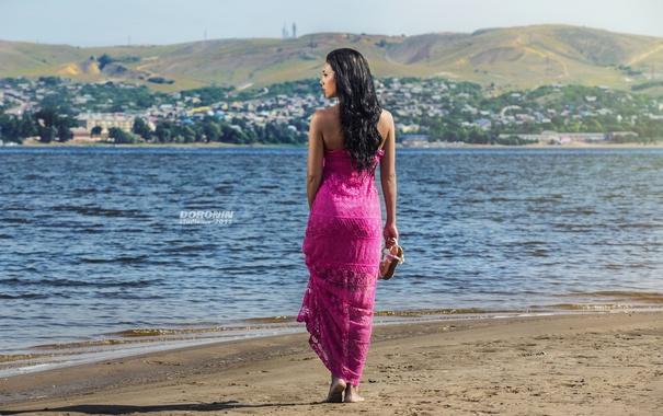 Фото обои песок, девушка, пейзаж, река, берег, фигура, платье