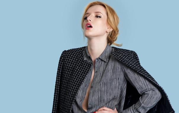 Фото обои поза, фон, модель, актриса, прическа, фотограф, рубашка