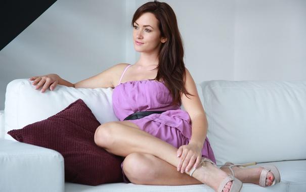 Фото обои секси, платье, шатенка, на диване, Tess Lyndon
