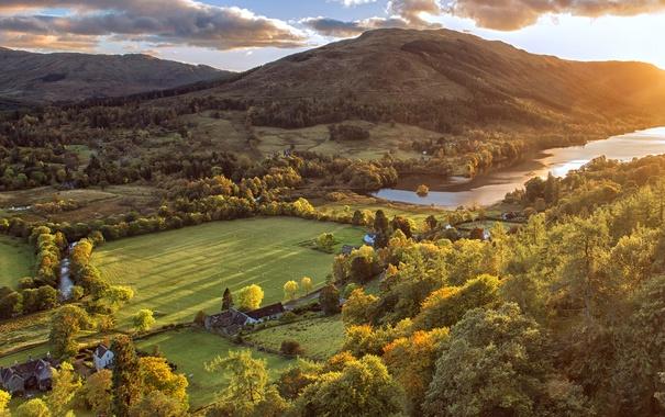 Фото обои солнце, облака, деревья, горы, река, поля, Шотландия