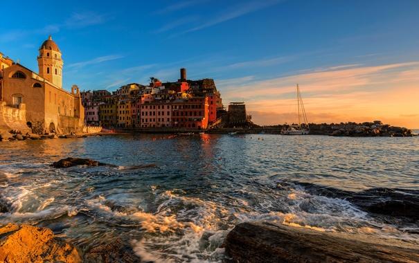 Фото обои море, закат, камни, берег, дома, лодки, яхта