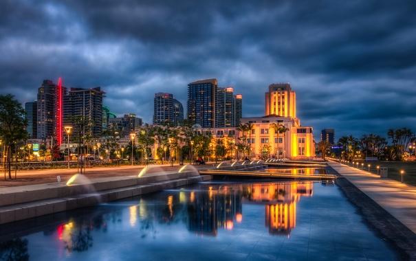Фото обои небо, вода, облака, ночь, огни, отражение, пальмы