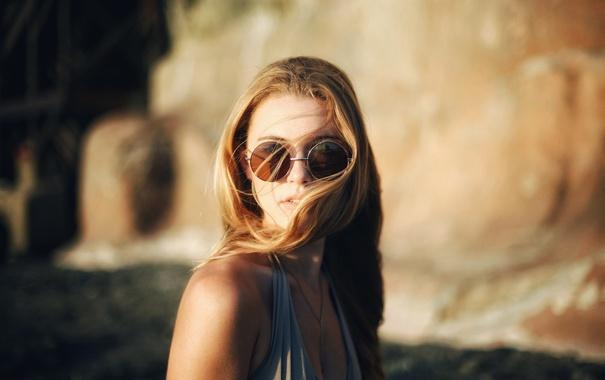 Фото обои девушка, ветер, волосы, очки