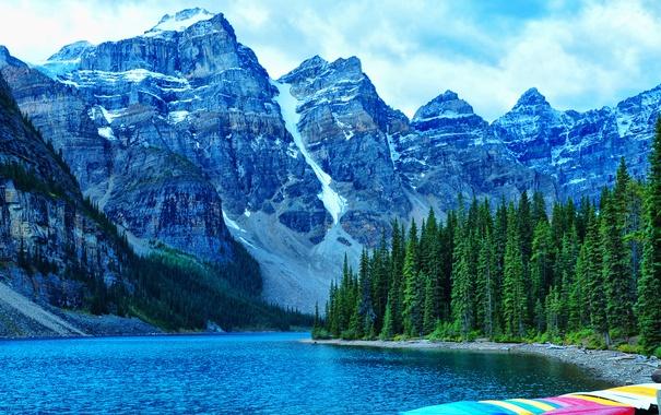 Фото обои лес, деревья, горы, озеро, скалы, берег, лодки