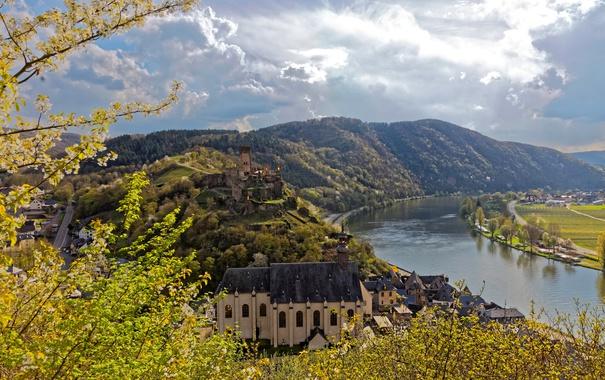 Фото обои лес, солнце, облака, горы, ветки, река, замок