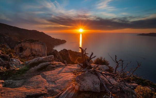 Фото обои море, небо, солнце, облака, лучи, восход, камни
