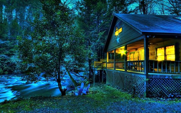 Фото обои лес, деревья, дом, река, стулья, вечер, США