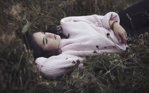 Фото обои трава, девушка, лежит, свитер