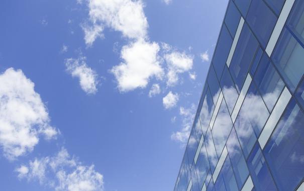 Фото обои небо, стекло, облака, здание, окна, офис
