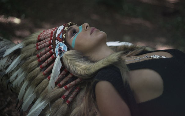 Фото обои девушка, лицо, стиль, перья, раскраска, головной убор