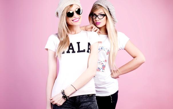 Фото обои улыбка, фон, девушки, розовый, шапка, две, джинсы