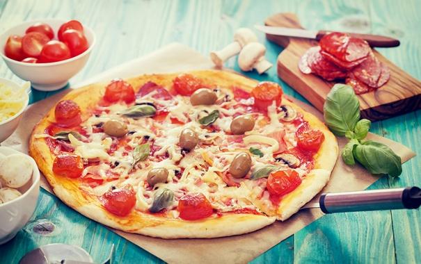 Фото обои грибы, сыр, пицца, помидоры, оливки, колбаса, вкусно