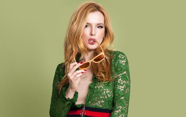 Фото обои фон, модель, макияж, платье, актриса, очки, прическа