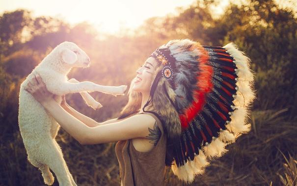 Фото обои лето, девушка, радость, лицо, улыбка, перья, овечка