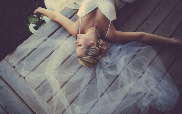 Фото обои платье, лежит, фата, свадебное, девушка. блондинка