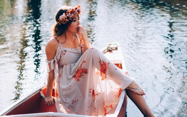 Фото обои девушка, поза, лодка, брюнетка, венок