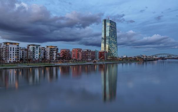 Фото обои небо, тучи, город, отражение, река, здания, дома