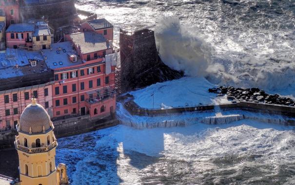 Фото обои море, шторм, скалы, башня, дома, Италия, Вернацца