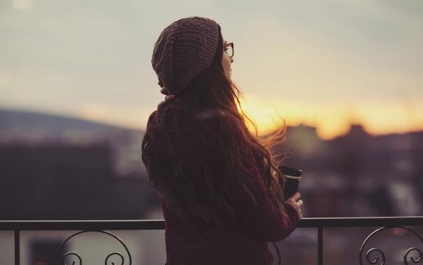 Фото обои девушка, закат, шапка, кофе, очки, локоны