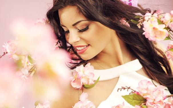 Фото обои цветы, ветки, улыбка, весна, сад, брюнетка, красивая