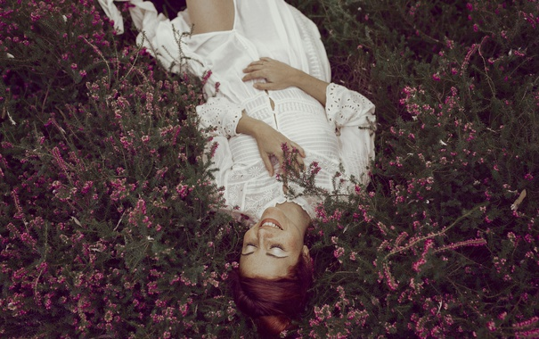 Фото обои трава, девушка, лицо, улыбка, волосы, лежит