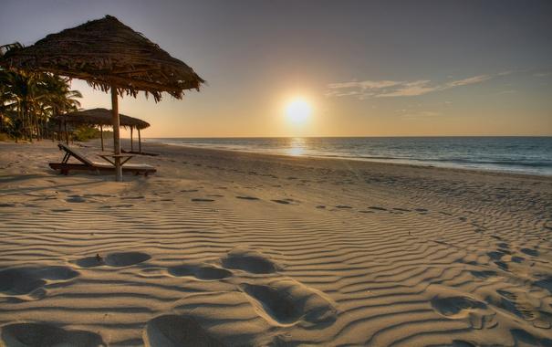 Фото обои песок, море, пляж, небо, солнце, закат, зонт