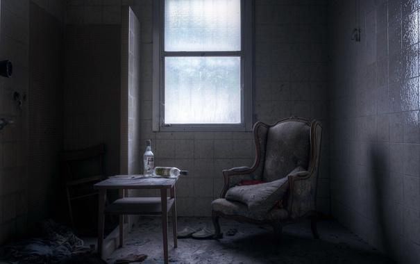 Фото обои кресло, окно, бутылки