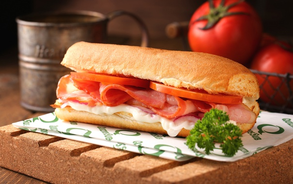 Фото обои сыр, мясо, бутерброд, помидоры, соус, петрушка, бекон