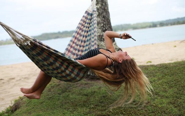 Фото обои лето, девушка, лицо, волосы, гамак, мобилка