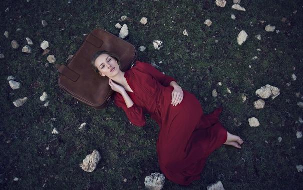 Фото обои трава, девушка, платье, лежит, чемодан