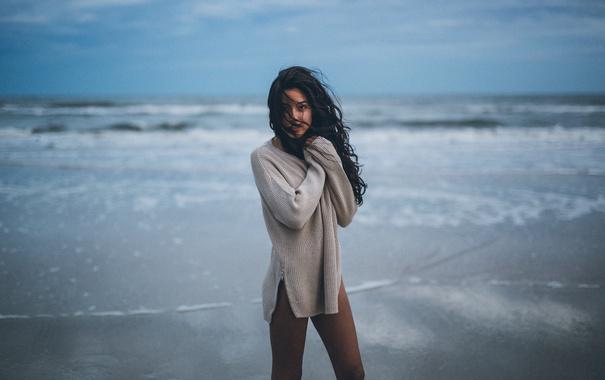 Фото обои пляж, девушка, ветер, брюнетка, локоны