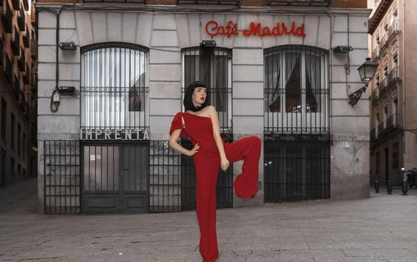 Фото обои девушка, город, поза, стиль, брюнетка, в красном