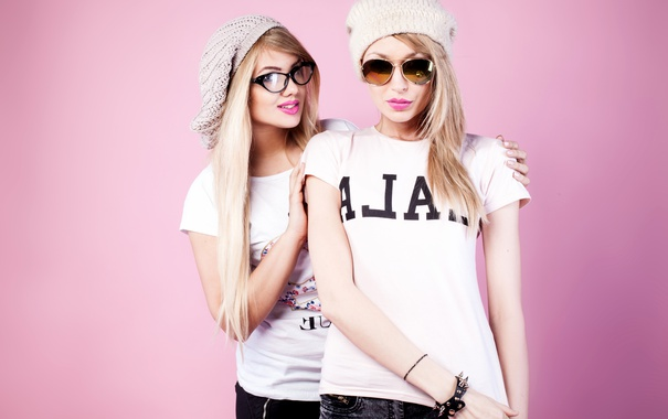 Фото обои фон, девушки, шапка, две, макияж, очки, футболка