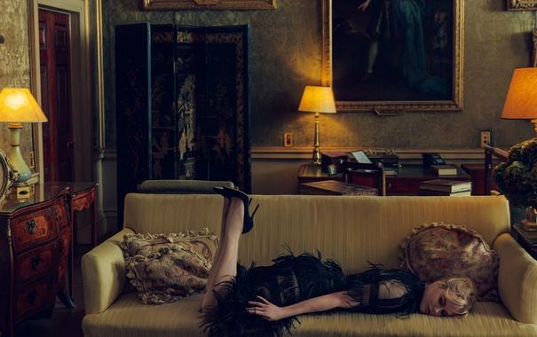 Фото обои лампы, комната, мебель, книги, интерьер, подушки, платье
