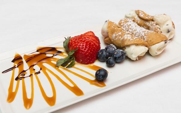 Фото обои клубника, крем, десерт, трубочки, карамель, голубика