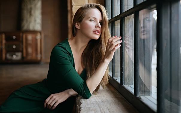 Фото обои Стекло, Отражение, Девушка, Взгляд, Платье, Зелёное, Кристина Якимова