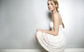 Картинка девушка, поза, блондинка, белое платье