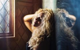 Картинка девушка, отражение, окно, локоны