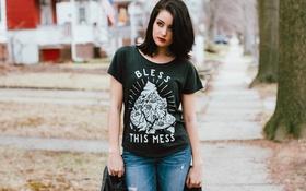 Картинка джинсы, брюнетка, футболка
