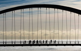Обои мост, люди, бег, Канада, Торонто, силуєт, Humber Bay