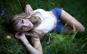 Картинка трава, тату, блондинка, татуировка, лежит