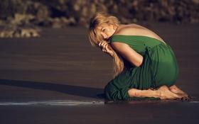 Картинка песок, пляж, поза, платье, блондинка