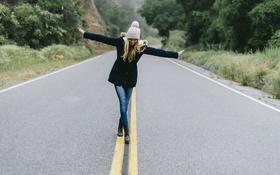 Картинка дорога, девушка, поза, шапка, куртка