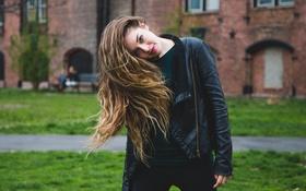 Обои взгляд, девушка, лицо, настроение, волосы, куртка