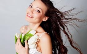 Картинка девушка, цветы, улыбка, фон, брюнетка, тюльпаны, белые