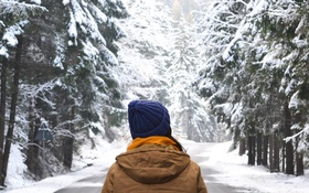 Картинка зима, девушка, снег, куртка, капюшон