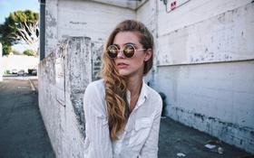 Картинка девушка, очки, рубашка
