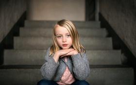 Обои взгляд, портрет, лестница, девочка, ступеньки
