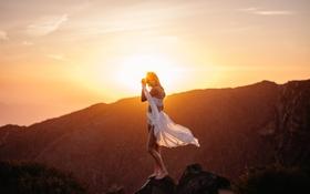Картинка девушка, свет, горы